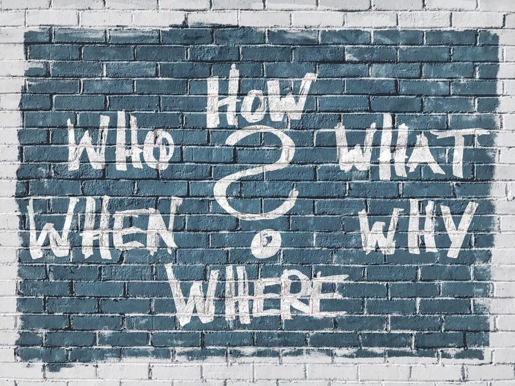 質問の書かれた壁