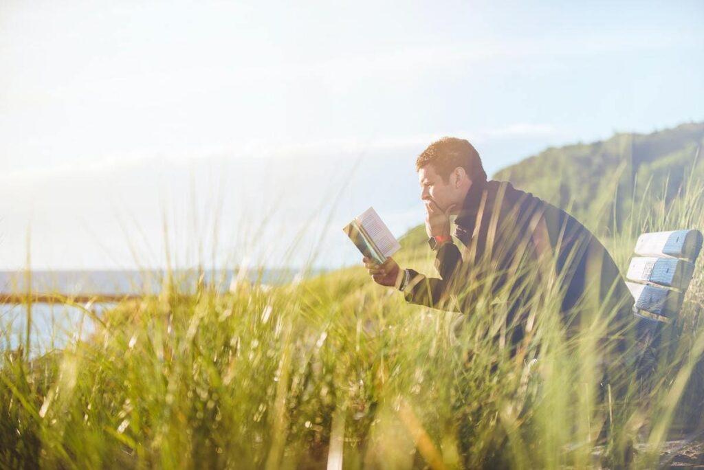 本を読む男の人