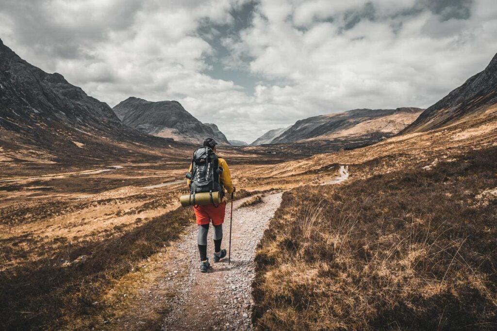 長い道を歩く男の人