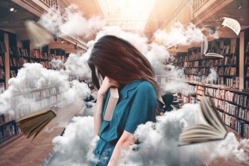 図書館で本を持った女の人(雲と本とほうき)