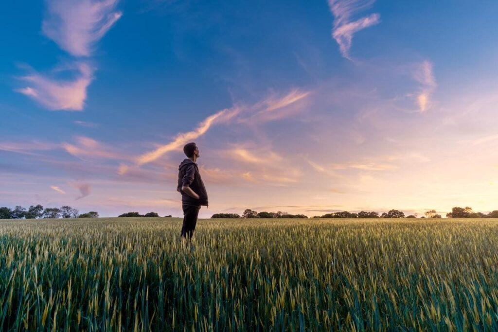 空を見上げる男