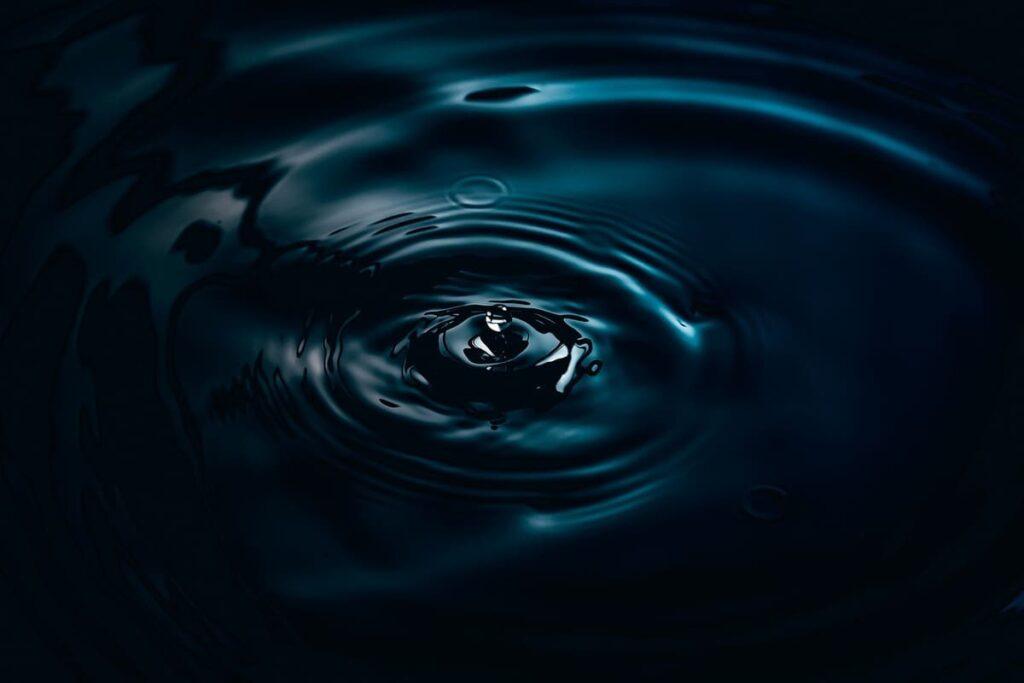 水面に落ちる雫