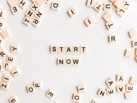 START NOWと書かれた文字列