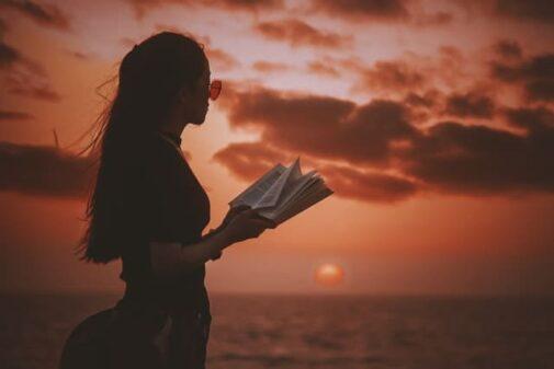 本を聴く少女